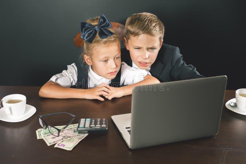 Дело или школа ягнятся пользы портативный компьютер стоковое изображение