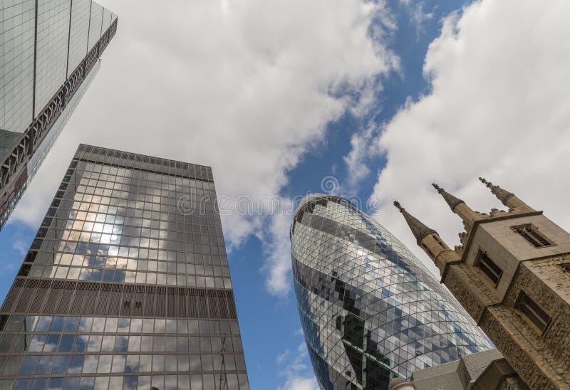 Дело и финансовый район Лондона в Великобритании и церков стоковые фото