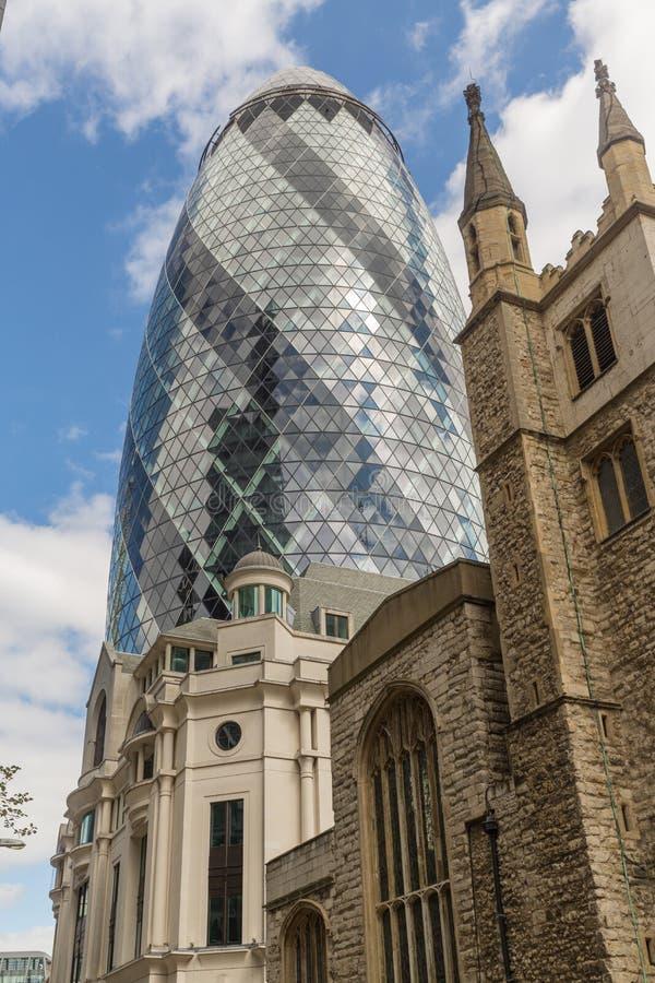 Дело и финансовый район Лондона в Великобритании - новой и Ol стоковая фотография rf