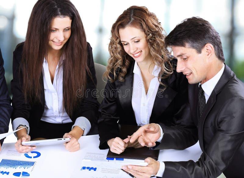 Дело, концепция офиса технологии - усмехаясь женский босс говоря к делу объединяется в команду стоковое изображение