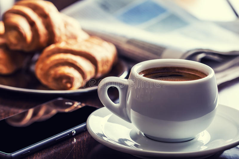 Дело перерыва на чашку кофе Мобильный телефон и газета чашки кофе стоковые фотографии rf