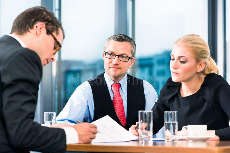 Дело - подписание собеседования для приема на работу и контракта стоковые фото