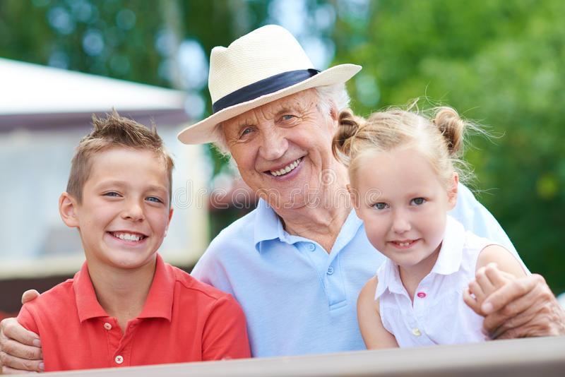 Дед с внучатами стоковые изображения rf