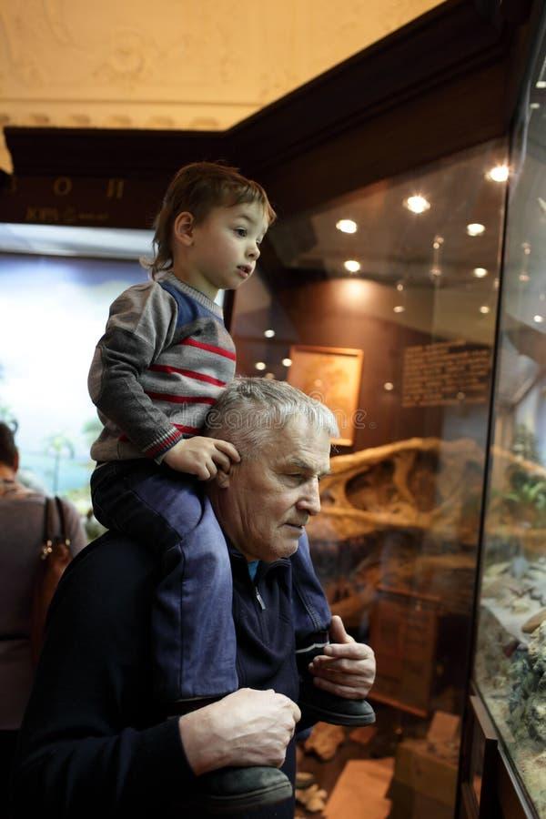 Дед с его музеем внука посещая стоковая фотография