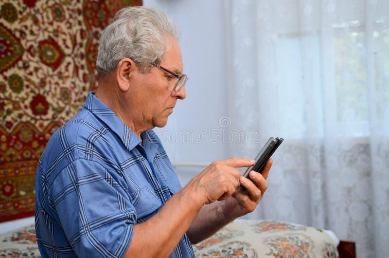 Дед с телефоном стоковая фотография