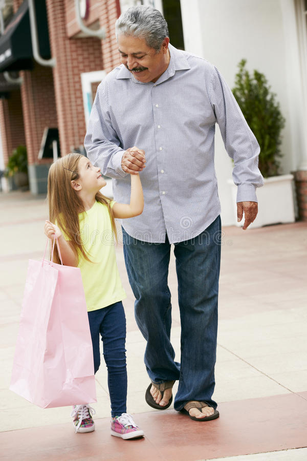Дед с хозяйственными сумками нося внучки стоковые изображения rf