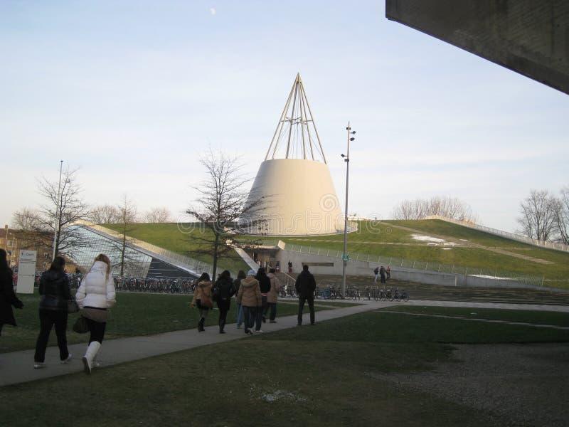 Делфт, Нидерланды - 11-ое февраля 2010: Библиотека TU ДЕЛФТА переплюнет стоковые изображения rf