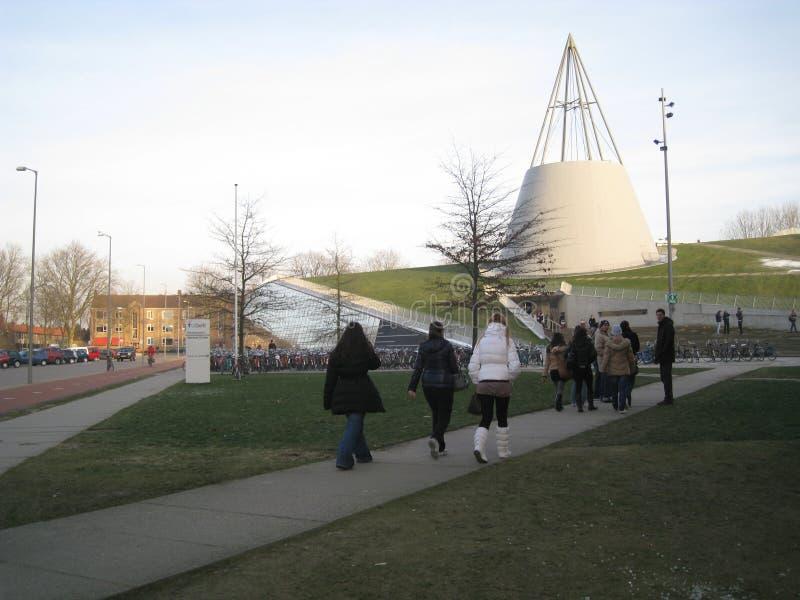 Делфт, Нидерланды - 11-ое февраля 2010: Библиотека TU ДЕЛФТА переплюнет стоковое изображение