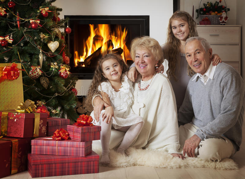 Деды при внуки празднуя рождество стоковые фотографии rf