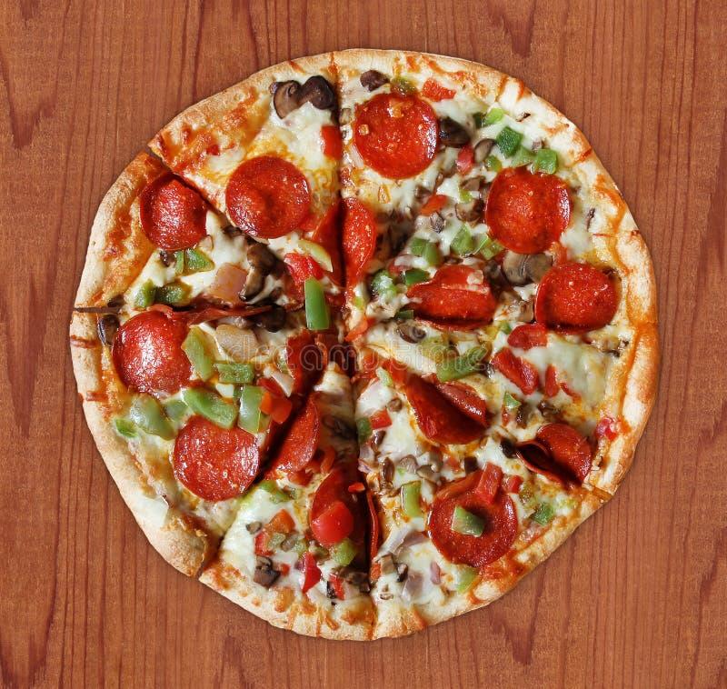Делюкс отрезанная пицца - стоковые фотографии rf