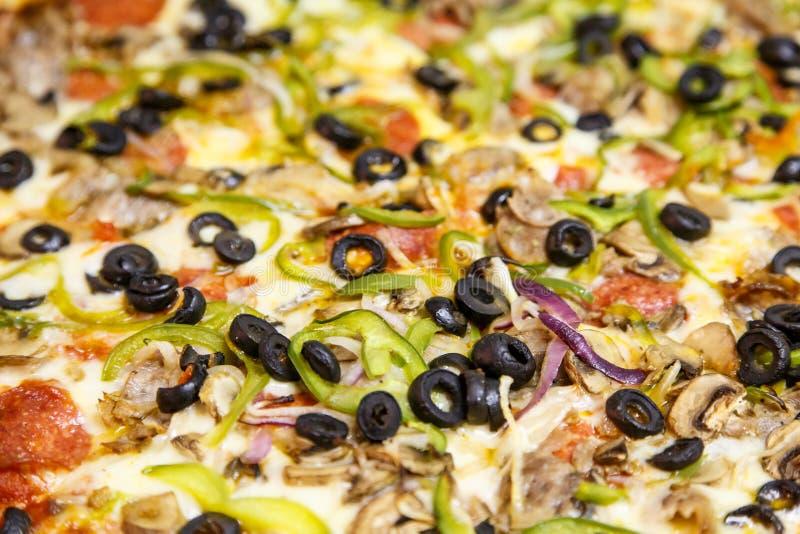 Делюкс пицца с овощами и черными оливками стоковые изображения rf