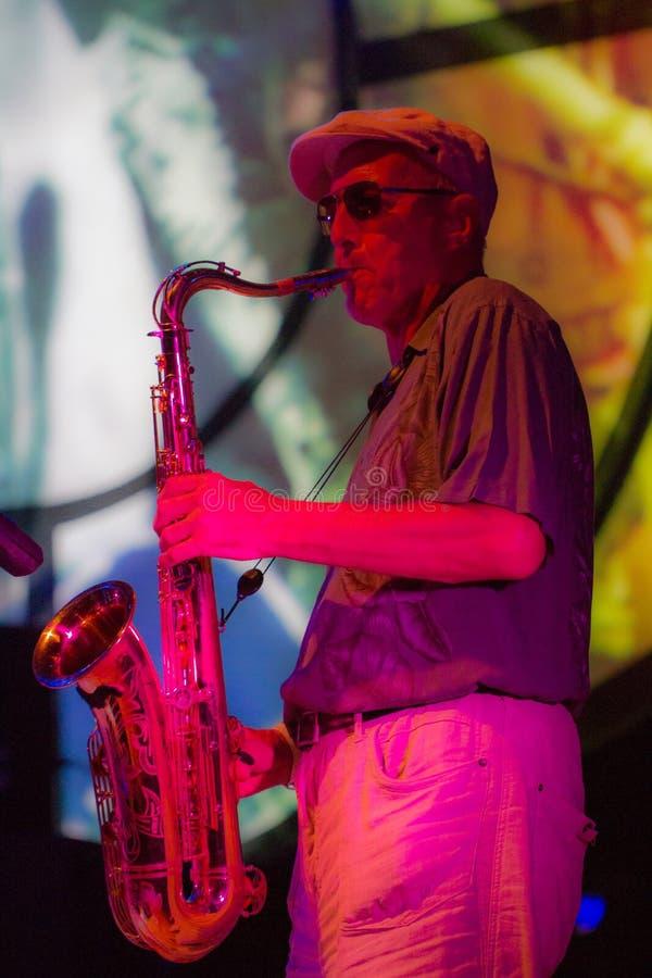 Джазовый музыкант играя саксофон стоковое фото