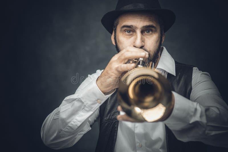 Джазовый трубач на темном фоне стоковые фото
