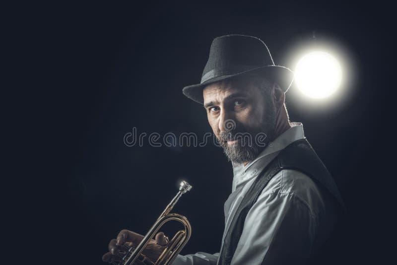 Джазовый трубач на темном фоне стоковая фотография rf