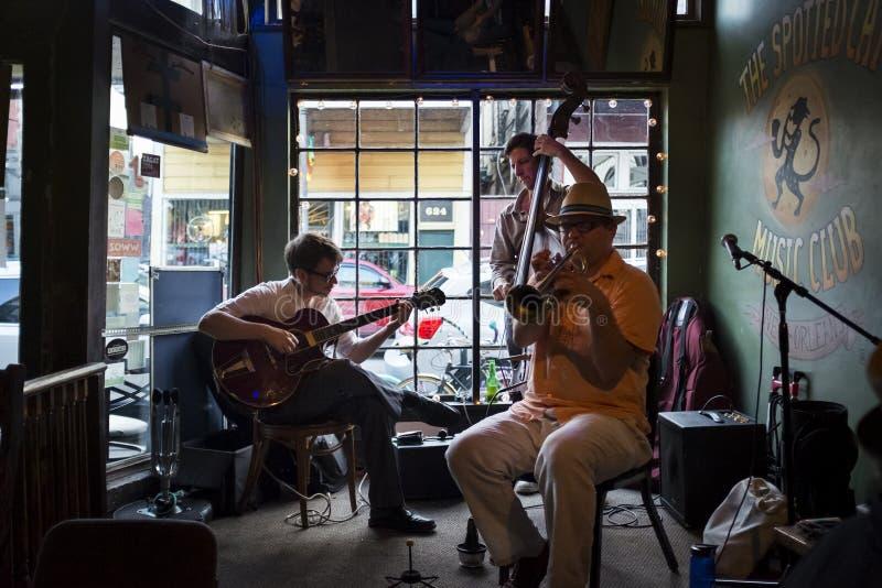 Джаз-бэнд играя на запятнанном клубе музыки кота в городе Нового Орлеана, Луизианы стоковое фото rf