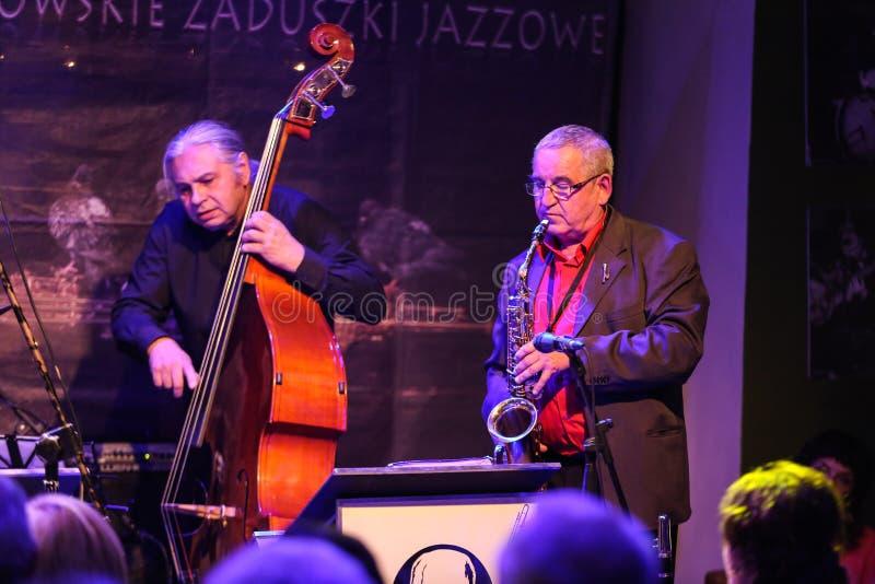 Джаз-бэнд Boba играя живую музыку на джазе Cracow весь фестиваль дня Souls' в клубе Jaszczury Cracow стоковая фотография