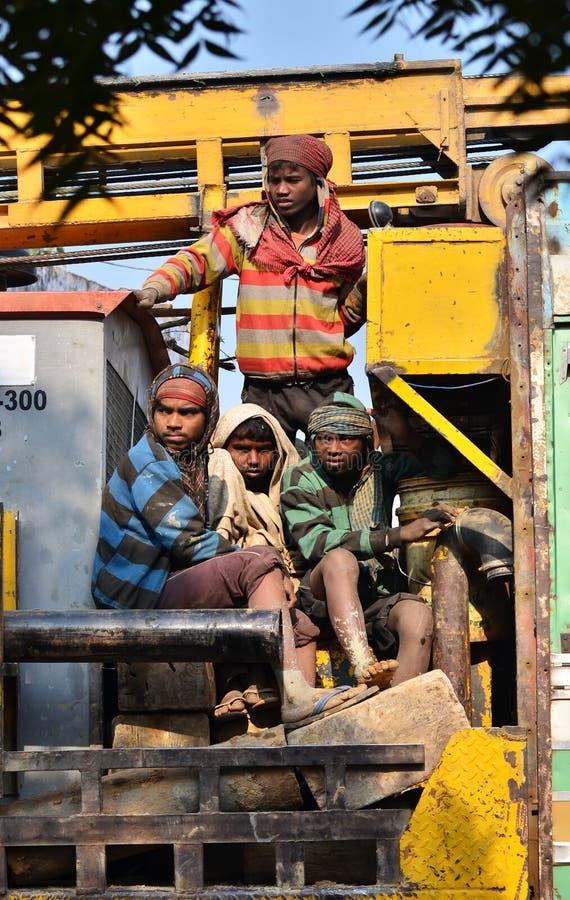 Джайпур, Индия - 30-ое декабря 2014: Неопознанные путешественники, главным образом рабочий-строители на тележке стоковая фотография