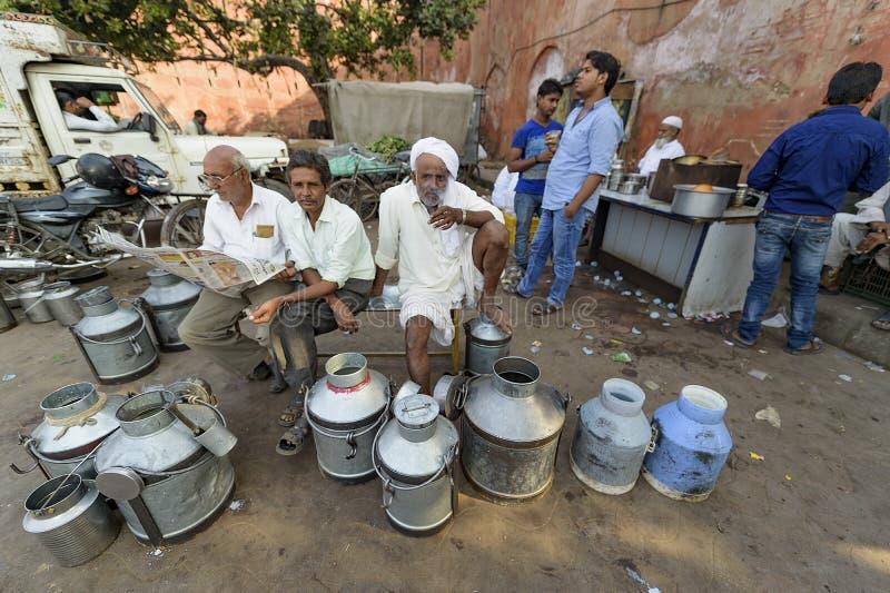 Джайпур, Индия 9-ое сентября 2015: Ежедневный традиционный рынок молока a стоковое изображение
