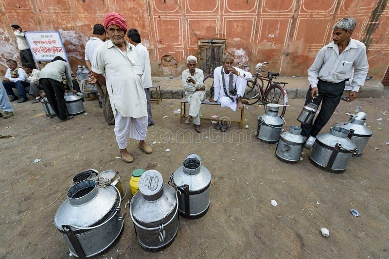 Джайпур, Индия 9-ое сентября 2015: Ежедневный традиционный рынок молока a стоковые фотографии rf