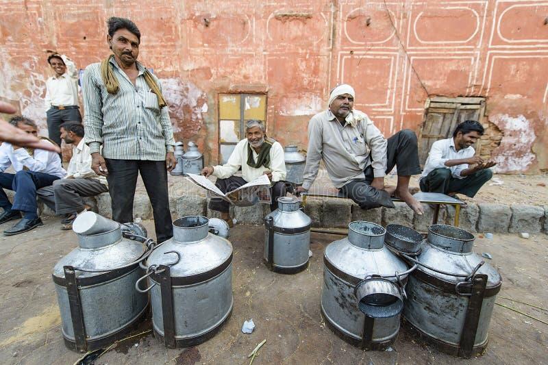 Джайпур, Индия 9-ое сентября 2015: Ежедневный традиционный рынок молока a стоковые изображения rf
