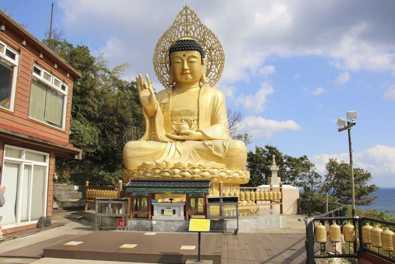 ДЖЕДУ ОСТРОВ, ЮЖНАЯ КОРЕЯ - 15 ОКТЯБРЯ 2019 ГОДА: Статуя Золотого Будды в храме Санбанга, остров Чеджу, Южная Корея стоковое фото rf