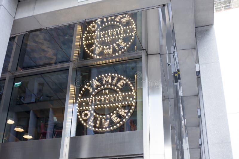 Джемми Оливер в ресторане Виктории итальянском служа классическая еда от Италии на улице декабре 2017 Виктории в короле Лондона о стоковые фото