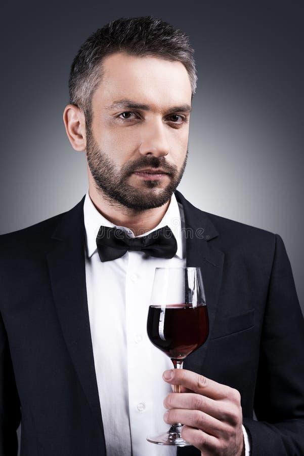 Джентльмен предпочитает вино стоковые фотографии rf