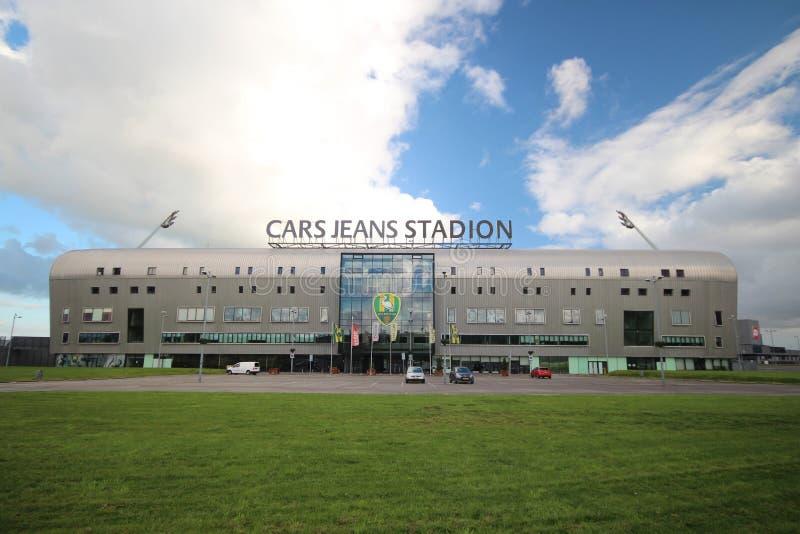 Джинсы автомобилей футбольного стадиона в Гааге, доме вертепа Haag СУЕТЫ который играет в голландском Eredivisie с светами дальше стоковые фотографии rf