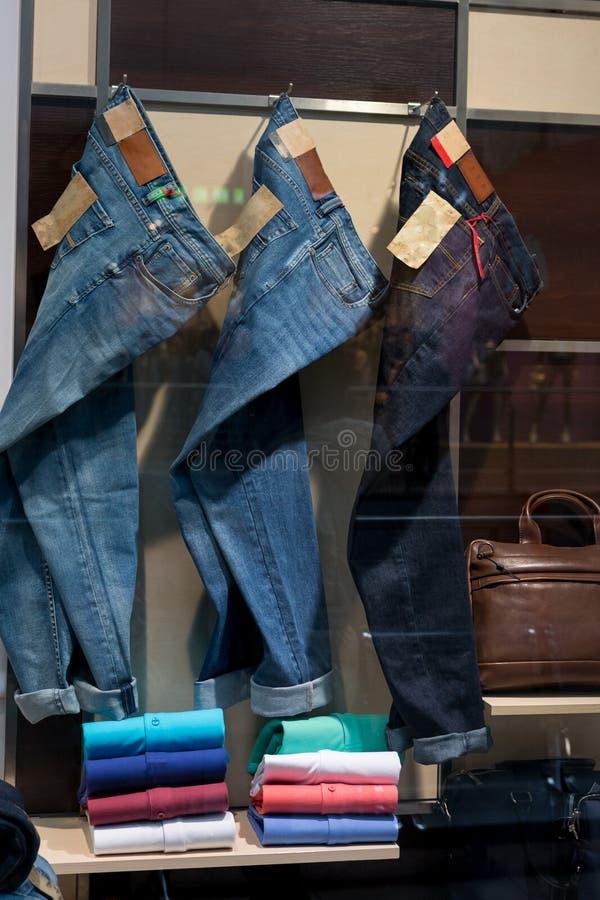 Джинсы в окне магазина стоковая фотография rf