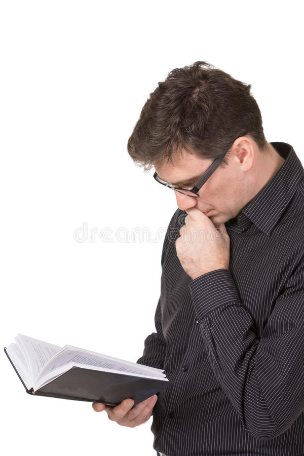 Джинсы и рубашка человека нося читая fantasctically interуsting записывают стоковые фотографии rf