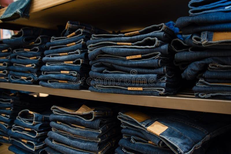 джинсы на манекене в магазине Продажа джинсовой ткани стоковое фото rf