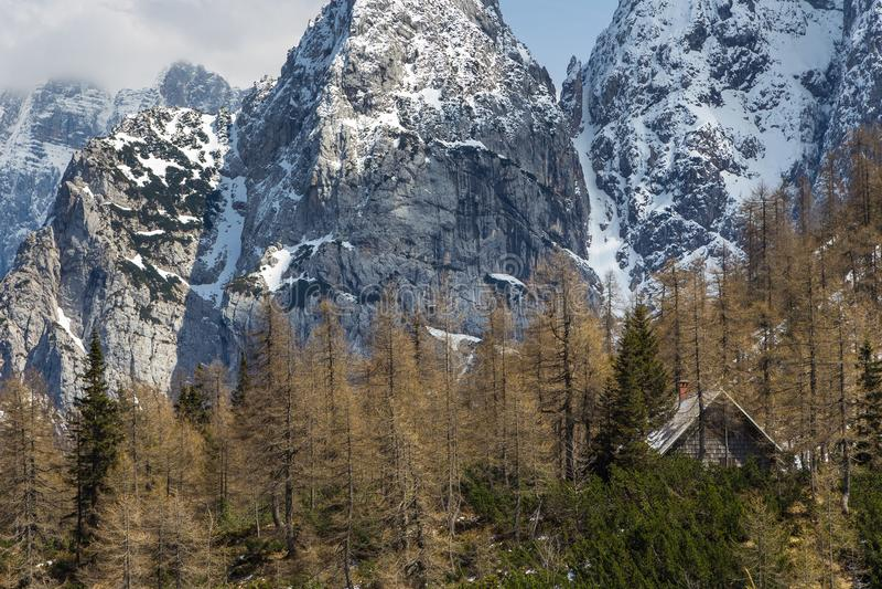 Джулиан Альпы и малое укрытие горы на пропуске Vrsic стоковые фотографии rf