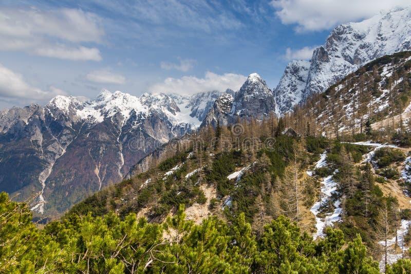 Джулиан Альпы и малое укрытие горы на пропуске Vrsic стоковое фото