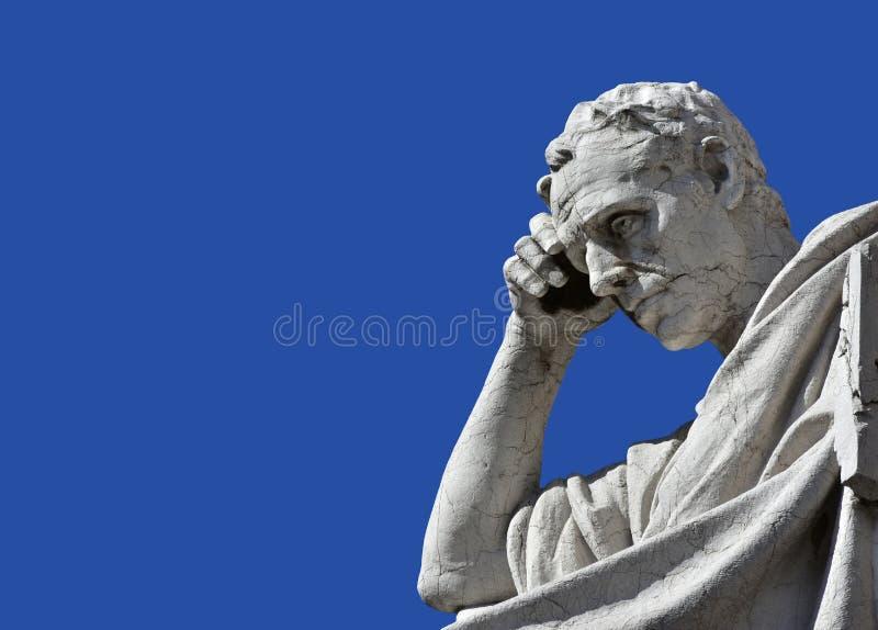 Джулиан юрист в поступке думать от старого дворца как раз стоковые изображения rf