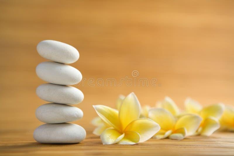 Дзэн frangipani каменное стоковое изображение