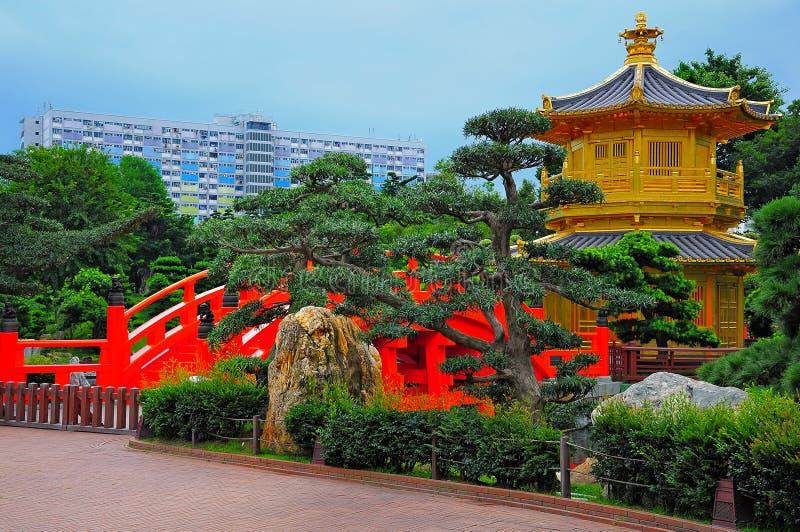 Дзэн pagoda китайского сада золотистое стоковое фото rf