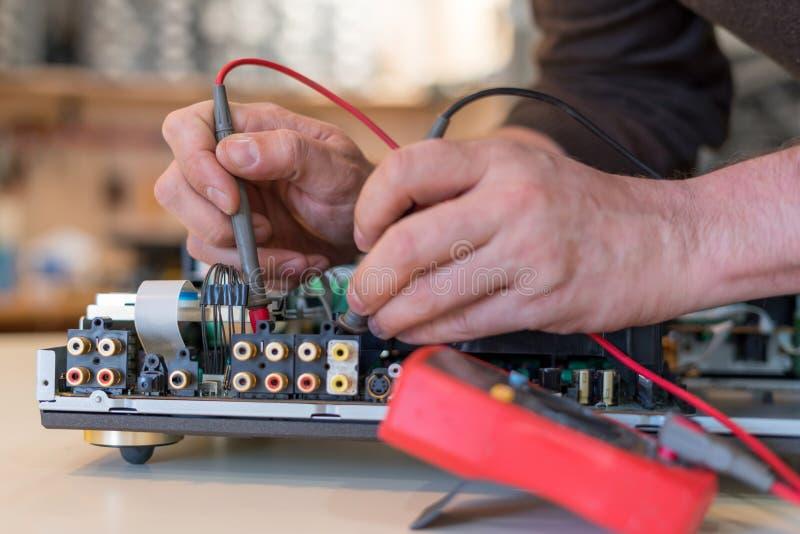 Диагноз ремонта и недостатка аудио и видеооборудования стоковое изображение rf
