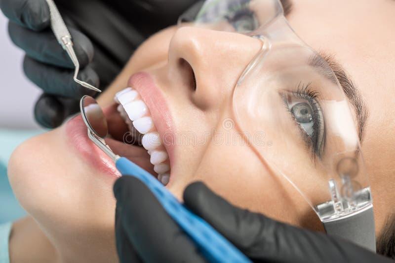 Диагностика на dentist& x27; офис s стоковые изображения