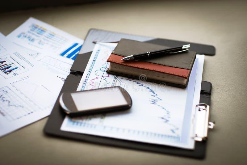 Диаграмма дела с умными телефоном и ручкой Бухгалтерский учет стоковое фото