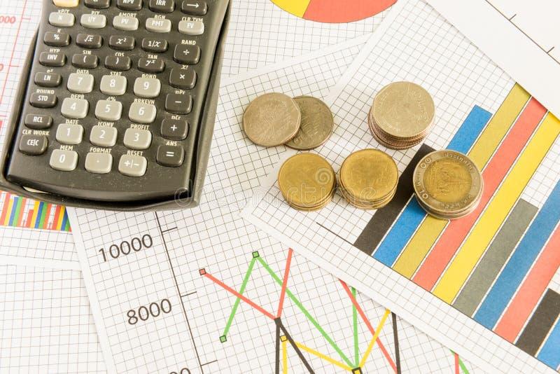 Диаграмма дела на финансовом отчете с монетками и калькулятором стоковые изображения rf