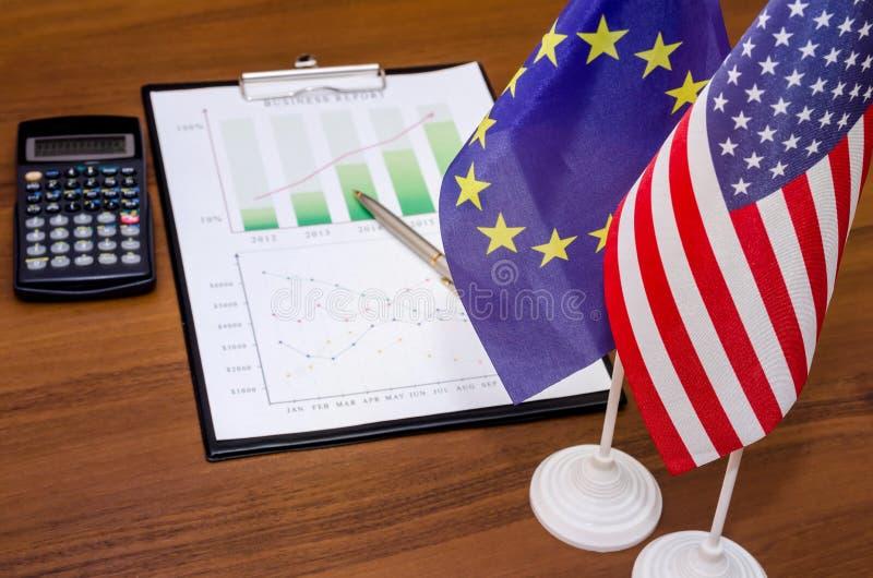 Диаграмма дела с флагом Америки и Европы стоковые фото