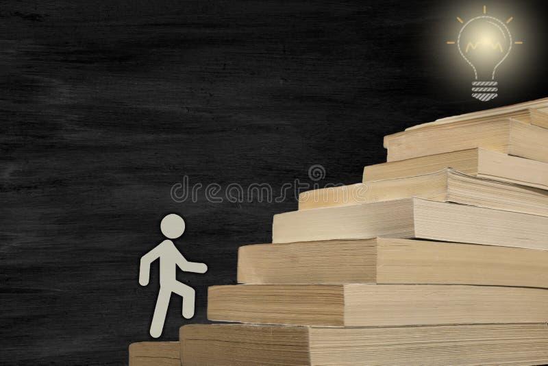 Диаграмма книги человека шагать достижение цели путем чтение фото концепции стоковые фотографии rf