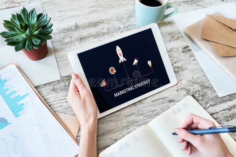 Диаграмма маркетинговой стратегии на экране прибора владение домашнего ключа принципиальной схемы дела золотистое достигая небо к стоковые фото