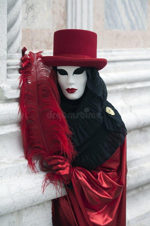 Диаграмма масленицы Венеции в красных и черных костюме и маске Венеции Италии стоковое изображение rf