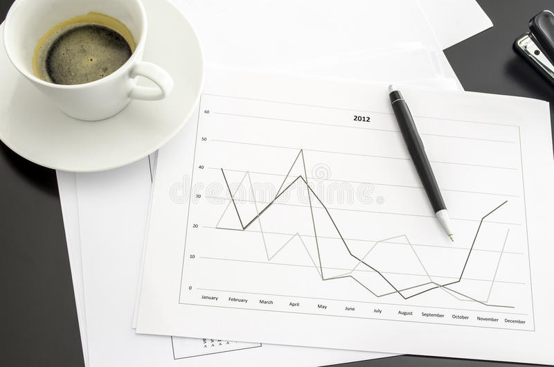 Диаграмма на столе офиса стоковые фото