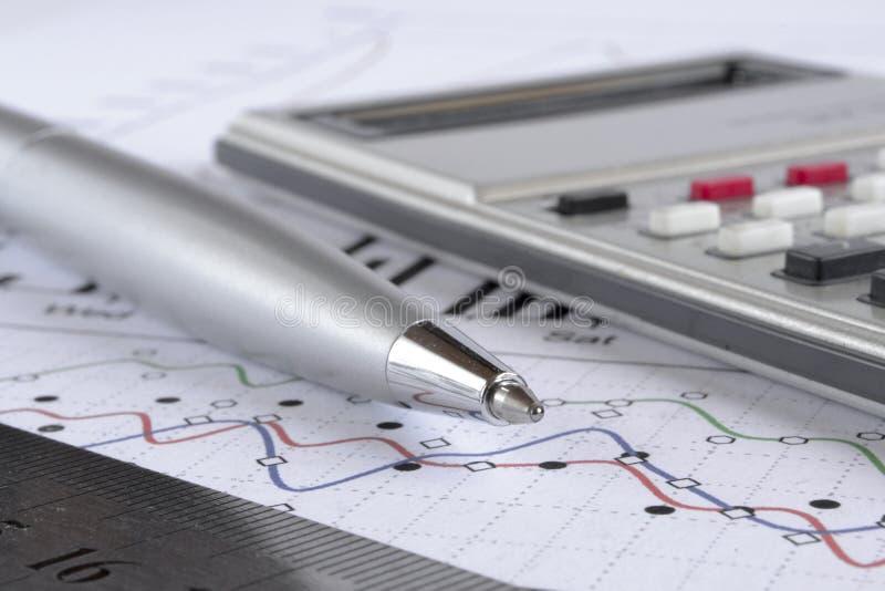 Диаграмма, правитель, ручка и калькулятор стоковые изображения rf