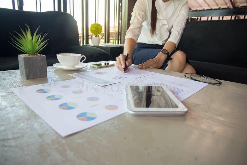 Диаграмма указывая диаграммы ручки бизнесмена для анализировать вклад, бушель стоковые изображения rf