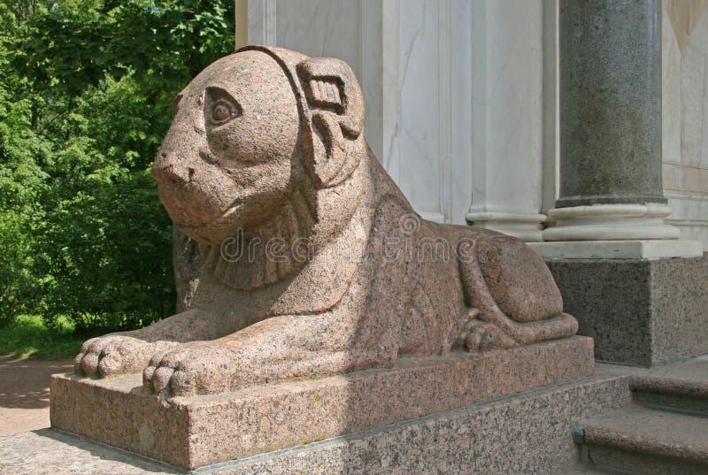 Диаграмма льва в Peterhof, России стоковые фото