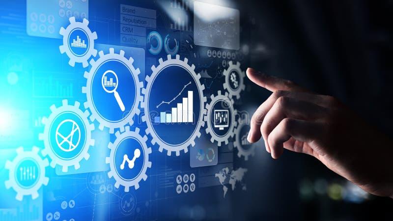 Диаграммы большого аналитика анализа данных, бизнес-процесса с шестернями и значки на виртуальном экране стоковая фотография