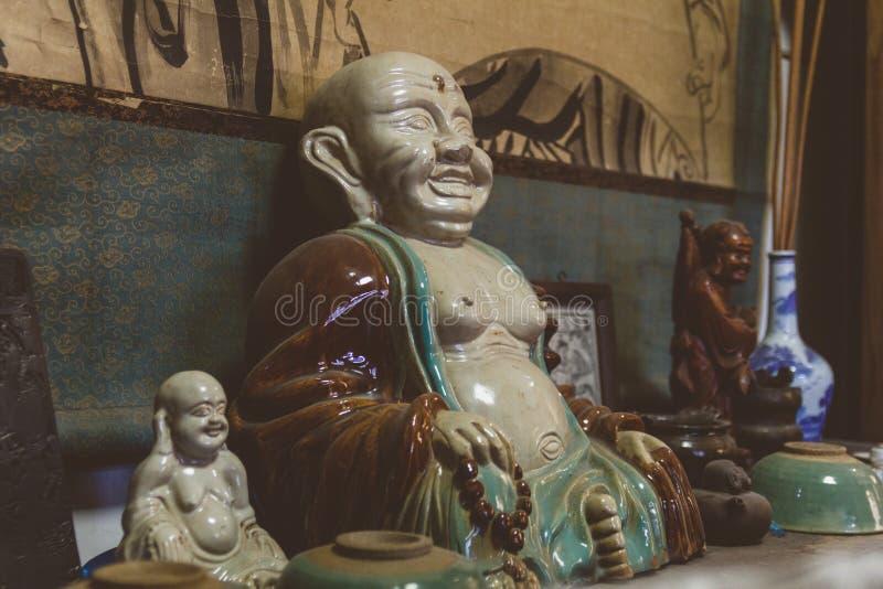 Диаграммы Будды фарфора в античном китайском магазине стоковое фото